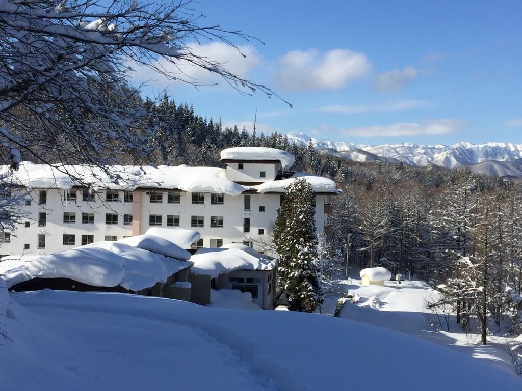 冬のホテル本館
