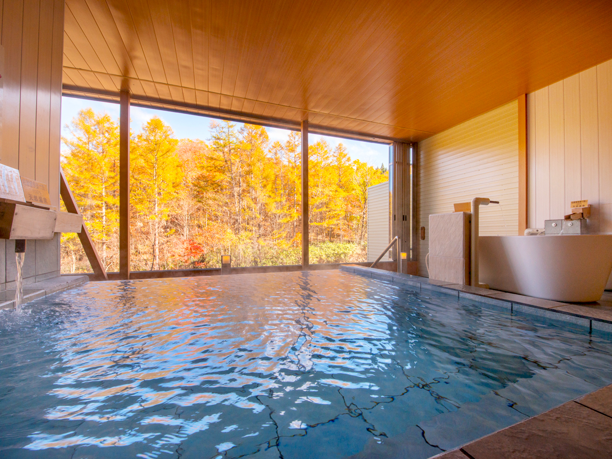 露天風呂からの紅葉の景色